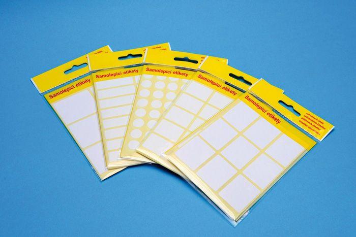 Etikety samolep. 35x27/90ks Samolepící etikety bílé barvy vhodné na popisování -pro běžné použití v kanceláři 90ks.