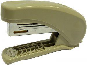 Sešívačka mini Raion 10listů No.10.  mix barev Plastová sešívačka - s kvalitními ocelovými komponenty -mechanismus pro rychlé doplnění -integrovaná rozešívačka -drátky: 100 x No.10 -kapacita: 20 listů -hloubka vložení: 55 mm -délka: 117 mm